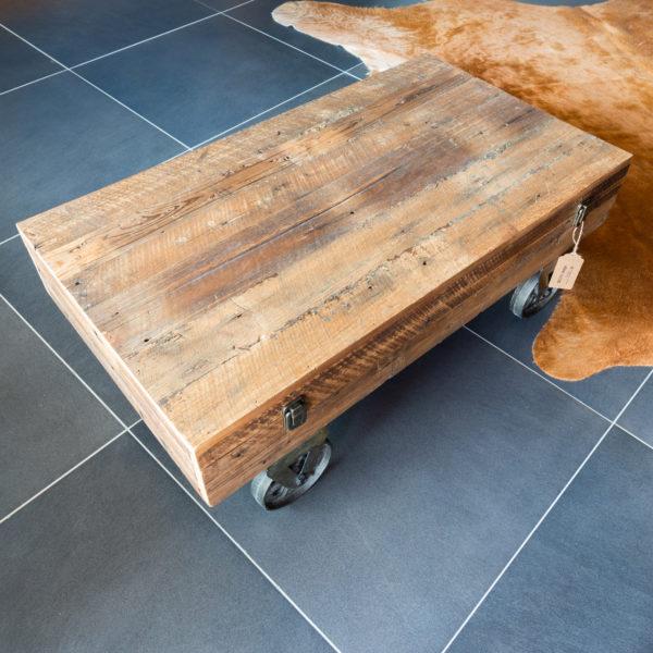 Krásný konferenční stolek v industriálním stylu s úložným prostorem (jako kufr) a kolečky