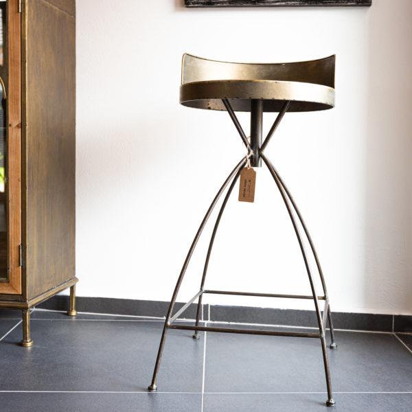 Originální kovová barová židle v industriálním stylu