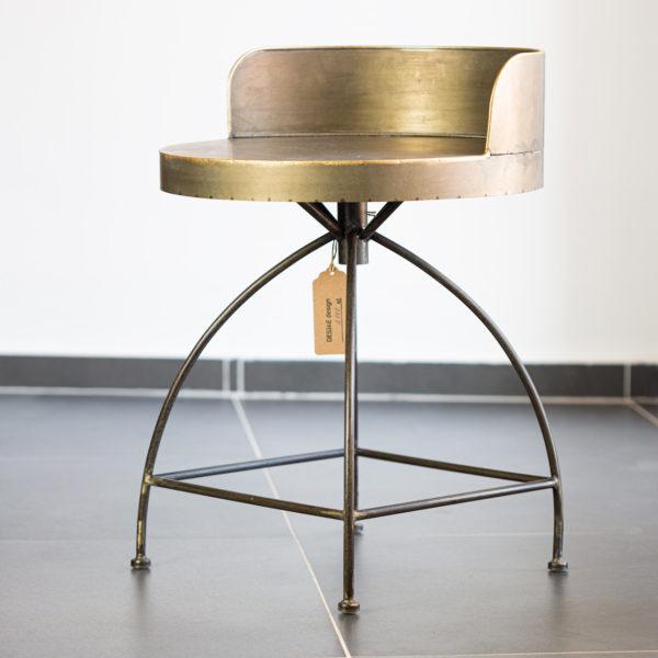 Originální kovová stolička v industriálním stylu.
