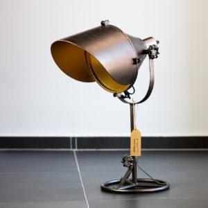 Originální stolní lampa v industriálním stylu.