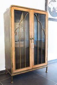 Krásná vitrína ve vintage stylu s vitráží