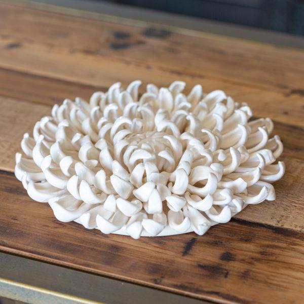 Dokonale zpracovaný keramický květ – barva bílá