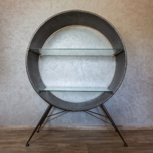 Originální kovová vitrína v industriálním stylu ve tvaru bubnu