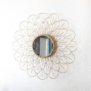 Krásné zrcadlo v kovovém provedení